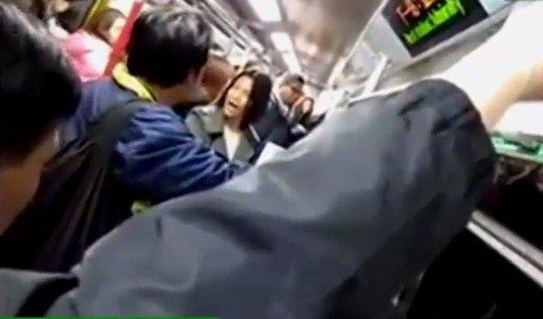 大陆女士与香港男士地铁里对骂,互斥两地贪污