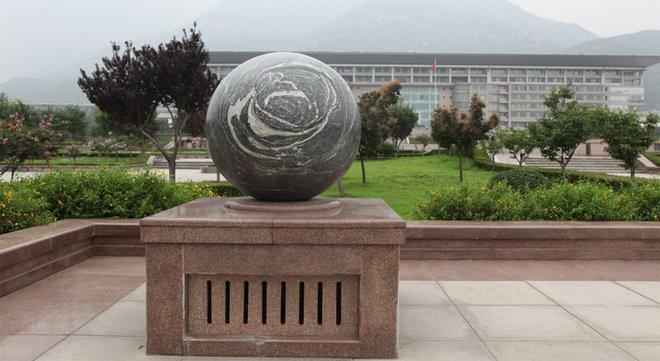 大陆某地方政府楼前放置打磨成风水球的泰山石