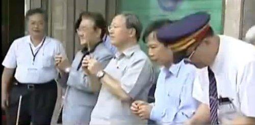 台湾交通官员烧香求平安
