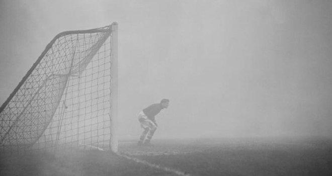 """1937年12月,切尔西主场迎战查尔顿的比赛中,因为大雾,只好提前终止比赛。但查尔顿门将巴特拉姆并不知道队友已经离去,继续在赛场上""""坚守""""了15分钟。"""