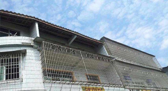 一处农村房屋装上了密集的铁丝防护网