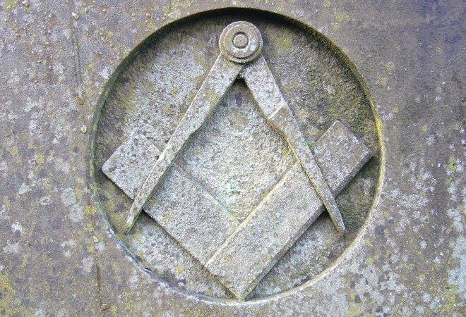 刻在石头上的共济会标志:方矩和圆规