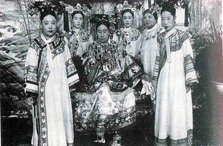 慈禧和光绪皇帝的后妃们,右一为隆裕皇后,左一为瑾妃(资料图)-图片