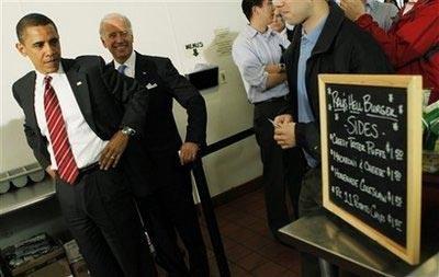 奥巴马和拜登现身小餐馆买汉堡