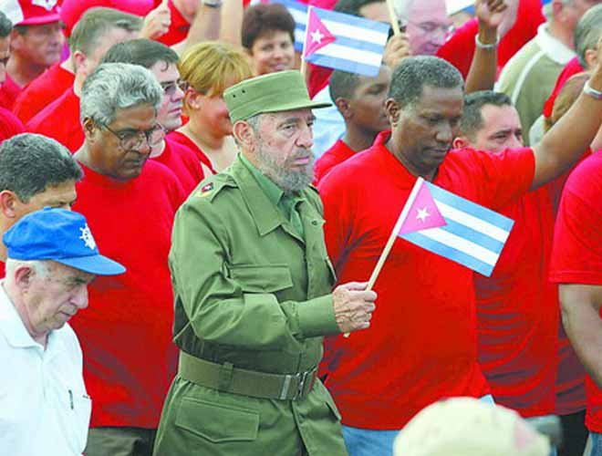 2005年,卡斯特罗在古巴领导百万人参加的反美游行