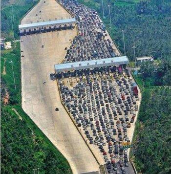 """""""黄金周""""出行的车群挤在一起"""