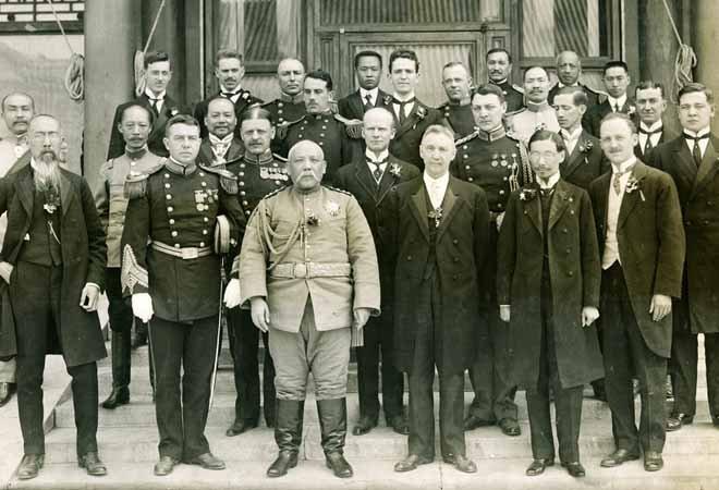 1913年,袁世凯就任正式大总统,和各国使节合影