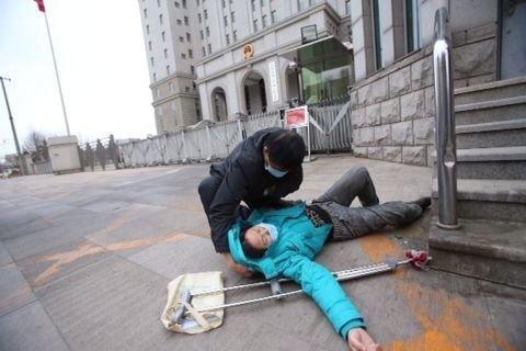 李晓航的母亲因为不满判决晕倒在法院门口