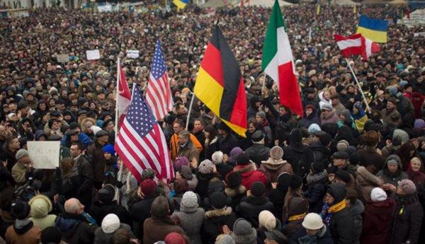 乌克兰中西部人们举着美德意乌国旗,要求声讨俄罗斯