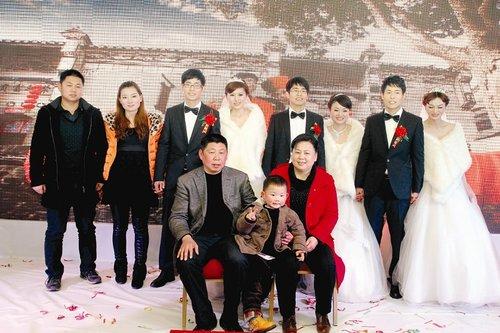 湖北三胞胎兄弟同日娶妻 新娘称不会认错人(图)