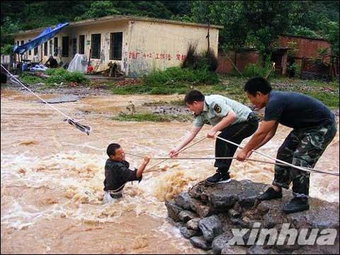 河南多地出现大暴雨+新乡桥梁被洪水冲塌