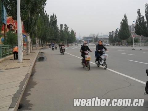 呼和浩特市民穿上棉衣(郭敏 摄)-内蒙古将迎大风降雨降温天气 局