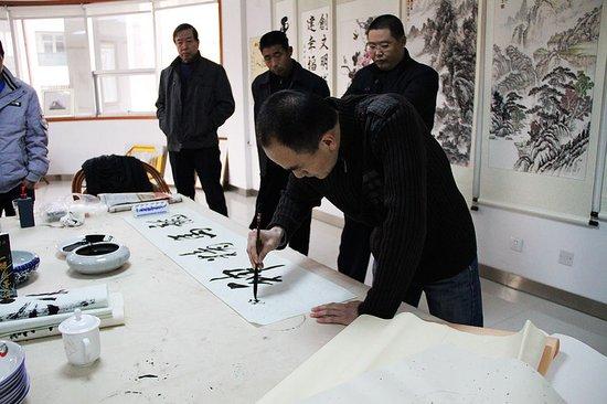 3月23日 东方太阳城在售楼处举办书画展活动图片