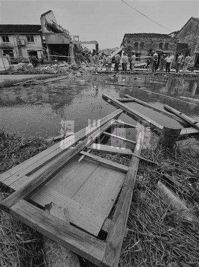 图为被炸毁的三间房子和被炸飞到数十米外的木门.-液化气爆炸摧毁图片