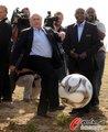 布拉特监狱秀足球脚法