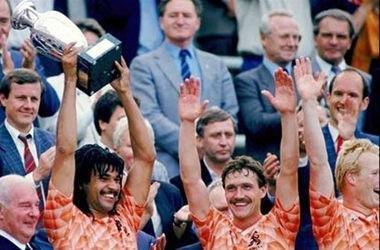 荷兰队,寄托了球迷无数的爱,带来的是更多的悲伤