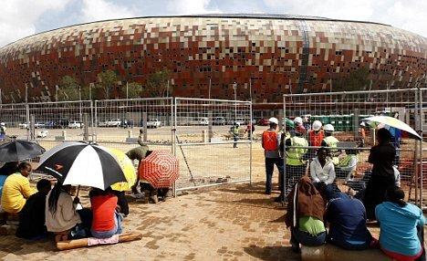 球迷坐等世界杯球场倒也成了一大风景