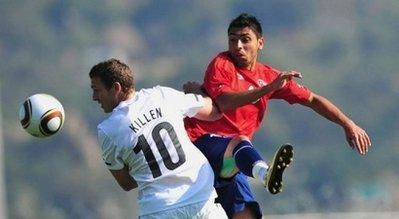 图文:热身赛智利2-0新西兰 双方跳起抢球