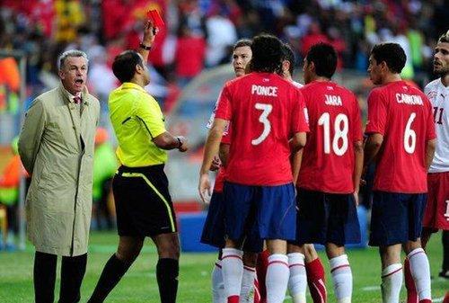智利VS瑞士 主教练掏牌瞬间
