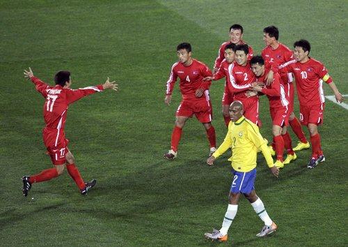 图文:巴西VS朝鲜 朝鲜队员庆祝进球