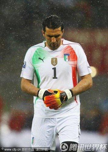 意大利半场意外更换门将 布冯离奇退场