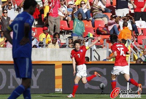 图文:韩国2-0希腊 欢呼的朴智星