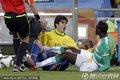 图文:巴西3-1科特迪瓦 卡卡倒地
