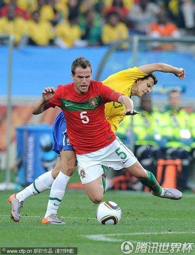 图文:葡萄牙0-0巴西 杜达被放倒