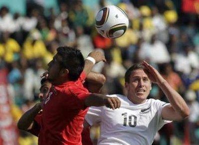 图文:热身赛智利VS新西兰 双方积极拼抢
