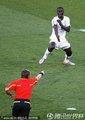 加纳队友示意裁判手球