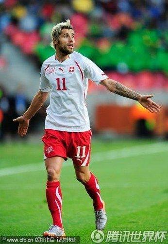 瑞士后卫怒骂裁判:莫名红牌+越位球击败我们