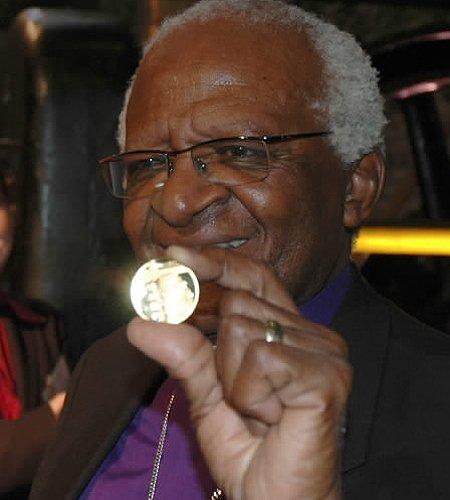图图和印有他头像的金币
