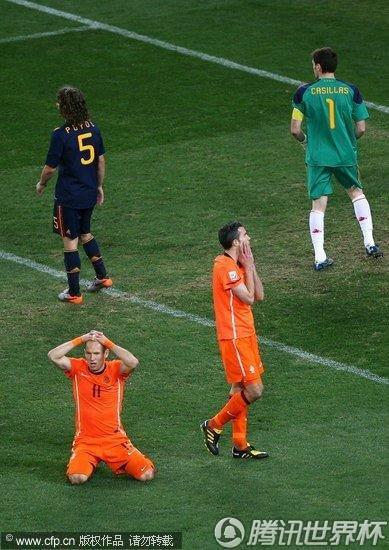 图文:荷兰VS西班牙 罗本抱头倒地_2010南非世界杯