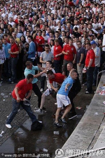 2010世界杯C组:足球流氓发威 曼彻斯特街头观战起冲突