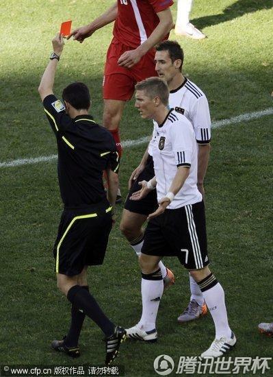 2010世界杯小组赛D组次轮:争议判罚克洛泽两黄变一红被罚下场
