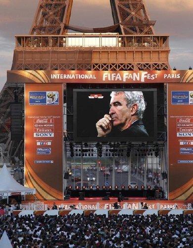 图文:A组法国VS乌拉圭 球迷巴黎铁塔看直播