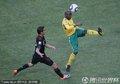 图文:揭幕战南非1-1墨西哥 双方球员争顶
