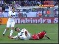 视频:迪福遭遇暴力铁肘 后脑被袭应声倒地