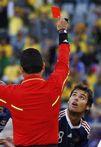 图文:法国VS南非 古尔库夫凝视红牌
