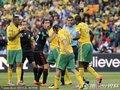 图文:揭幕战南非1-1墨西哥 墨西哥球员犯规