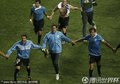 图文:乌拉圭2-1韩国 乌拉圭队员牵手庆祝