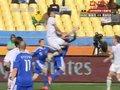 视频:新西兰长传冲吊入禁区 头球攻门顶空气