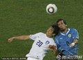 图文:乌拉圭2-1韩国 李东国争抢头球