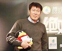 车范根做客腾讯演播室 怀抱QQ签名留影
