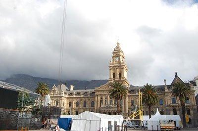 市政厅前的阅兵场还在紧张筹备之中