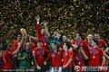 西班牙队捧起奖杯