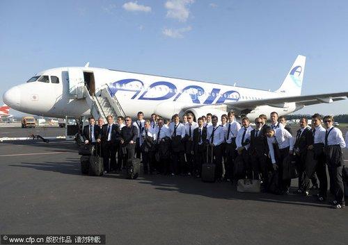 图文:斯洛文尼亚出征南非 着正装机场合影