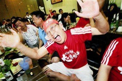 五道口韩国餐厅内球迷们为韩国队出线欣喜若狂