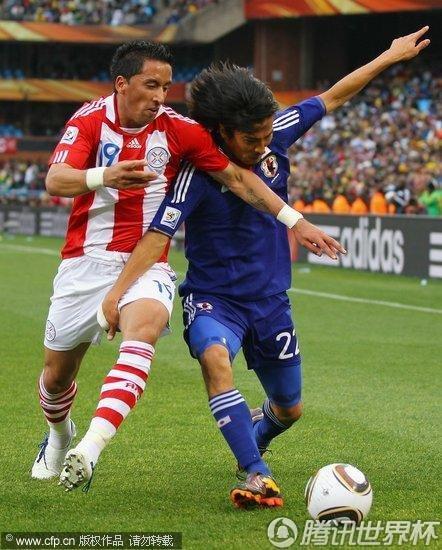 图文 巴拉圭VS日本 中泽佑二身体卡位