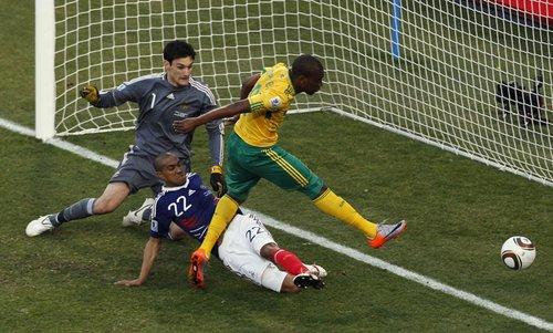 图文:法国VS南非 穆费拉门前推射破门